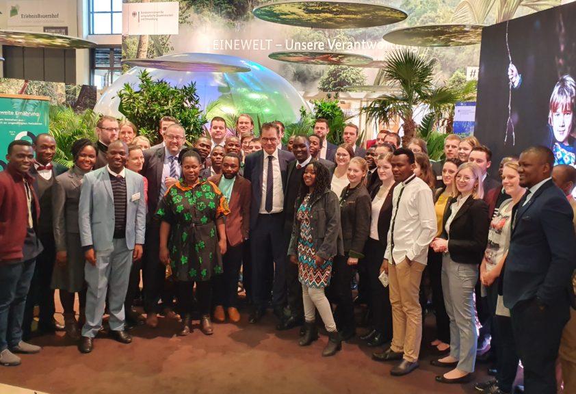 Gerd Müller mit Teilnehmenden des deutsch-ugandischen Praktikantenaustauschs