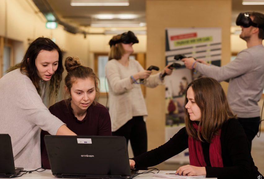 Studierende arbeiten an Projekt