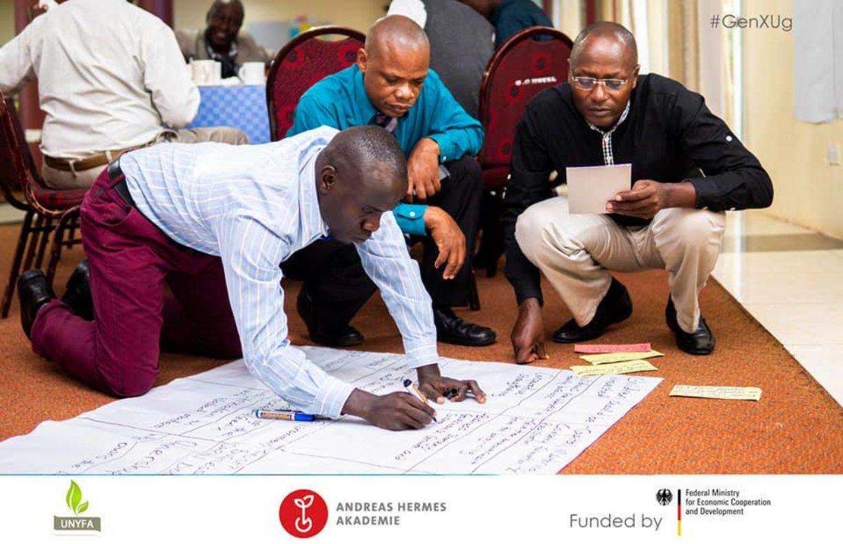 1)Verschiedene Teilnehmer aus Politik, Wirtschaft und Verbänden kamen zusammen, um gemeinsam zu überlegen, was zu einer erfolgreichen Hofübergabe in Uganda notwendig ist, welches Beratungsgebot bereits existiert und welches entwickelt werden müsste.