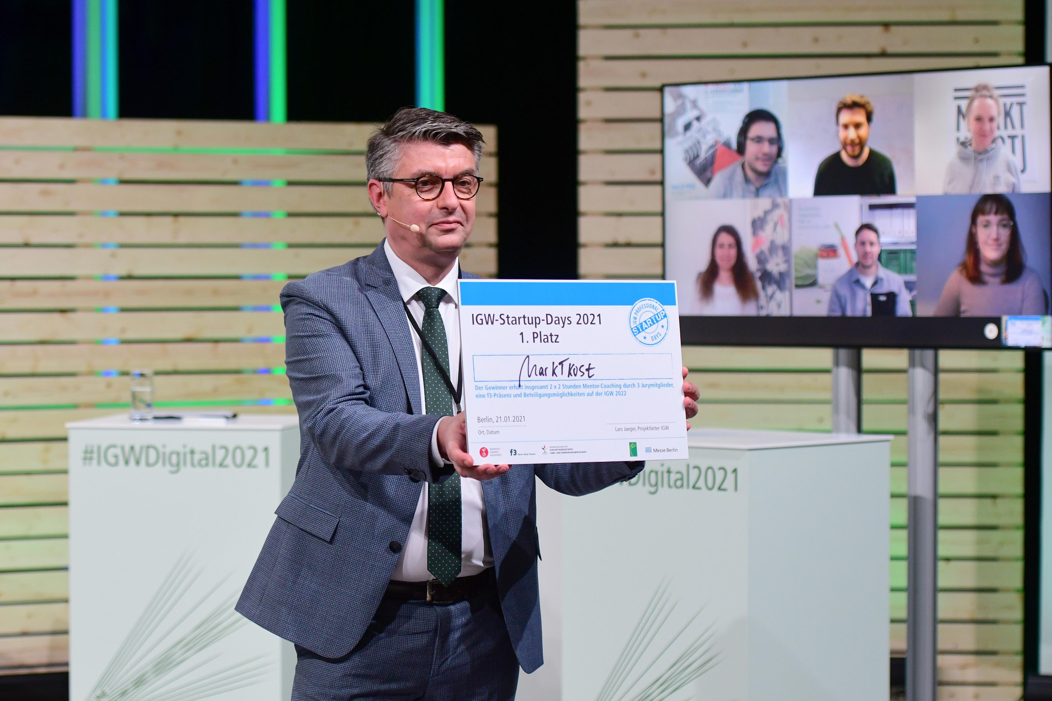 IGW Startup-Days - Siegerehrung Lars Jaeger, Projektleiter, Internationale Grüne Woche präsentiert den Gewinner: MARKTKOST