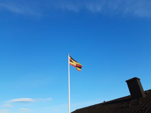 Uganda Flagge auf dem Hof Thies